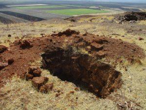 Durch Raubgrabungen verursachte Grube auf dem Gerçin Höyük.